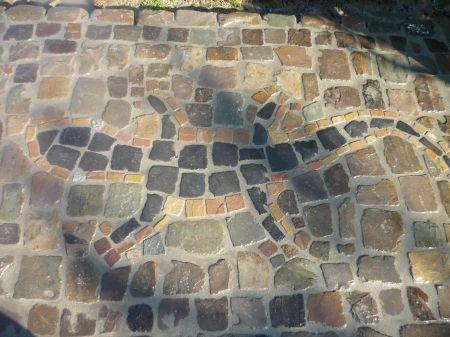 Gecko aus farbigen Natursteinen