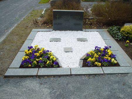 Grabeinfassung erstellt mit Granitplatten
