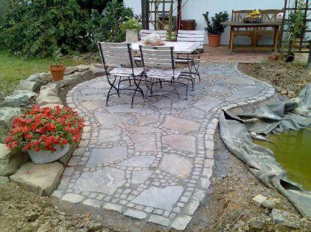 Sitzecke mit Natursteinplatten und Mosaikpflaster