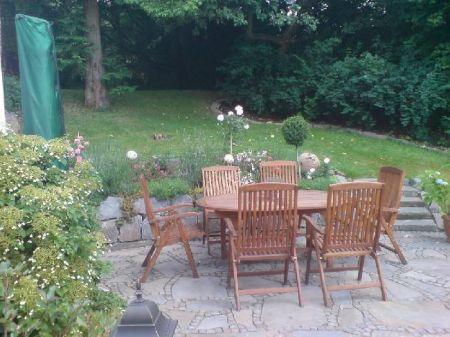 Sitzecke aus Natursteinplatten und Mosaikpflaster