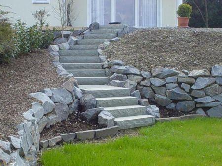 Treppenanlage aus Natursteinplatten